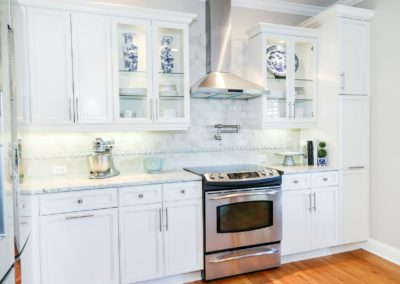 White cabinets and kitchen decor